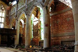 逃出废弃的教堂