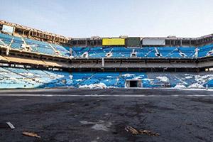 逃离废弃的橄榄球体育场
